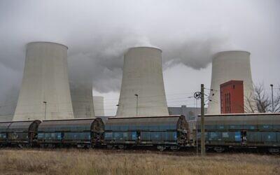 De la fumée et de la vapeur émanent des  tours de refroidissement et des cheminées de la centrale électrique au lignite de Jaenschwalde près de Peitz, en Allemagne, le 30 novembre 2019. (Crédit :John MACDOUGALL /AFP)