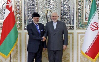 Le ministre iranien des Affaires étrangères, Mohammad Javad Zarif (à droite), accueille le ministre d'État aux Affaires étrangères d'Oman, Youssouf ben Alaoui ben Abdallah, à Téhéran le 2 décembre 2019. (Crédit : STR / AFP)