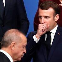Le président français Emmanuel Macron (à droite) et le président turc Recep Tayyip Erdogan devant lui lors d'une photo organisée dans le cadre du sommet de l'OTAN à l'hôtel Grove de Watford, au nord-est de Londres, le 4 décembre 2019. (Crédit : CHRISTIAN HARTMANN / POOL / AFP)