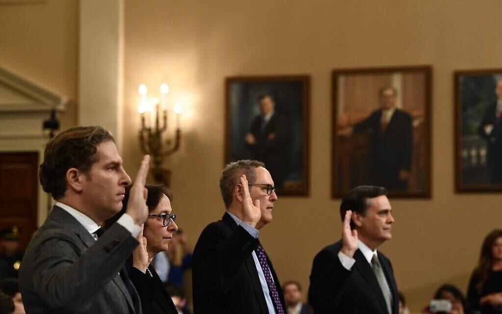 De gauche à droite : Noah Feldman, Pamela S.Karlan, Michael Gerhardt et Jonathan Turley prêtent serment lors d'une audition de la Commission judiciaire de la Chambre sur la destitution du président américain Donald Trump au Capitole à Washington, DC, le 4 décembre 2019. (Brendan Smialowski/AFP)