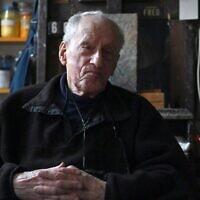 Le peintre survivant de la Shoah Frederick Terna interviewé par l'AFP à son domicile de Brooklyn le 4 décembre 2019 à New York City (Crédit : Angela Weiss / AFP)