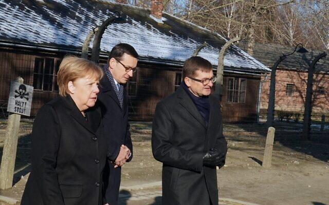 La chancelière allemande Angela Merkel accompagnée du Premier ministre Mateusz Morawiecki visitent le camp nazi d'Auschwitz-Birkenau, le 6 décembre 2019. (Crédit : SKARZYNSKI / AFP)