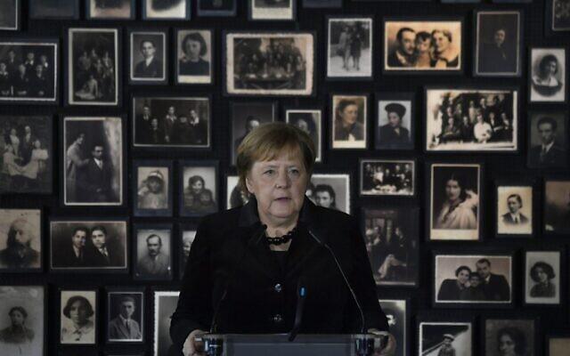 La chancelière allemande Angela Merkel prononce un discours lors de sa visite dans l'ancien camp d'extermination nazi allemand Auschwitz-Birkenau à Oswiecim, Pologne, le 6 décembre 2019. (Crédit : John MACDOUGALL / AFP)