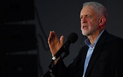 Le chef duPparti travailliste d'opposition britannique, Jeremy Corbyn, prend la parole sur scène lors d'un rassemblement alors qu'il fait campagne pour les élections générales à Swansea, dans le sud du Pays de Galles, le 7 décembre 2019. (DANIEL LEAL-OLIVAS / AFP)