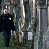 Le «gardien de la mémoire» Lionel Godmet dans le cimetière juif de Jungholtz, dans l'est de la France, le 10 décembre 2019. (Crédit : SEBASTIEN BOZON / AFP)