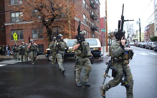 Des policiers arrivent sur les lieux d'une fusillade à Jersey City, New Jersey, le 10 décembre 2019. (Kena Betancur/AFP)