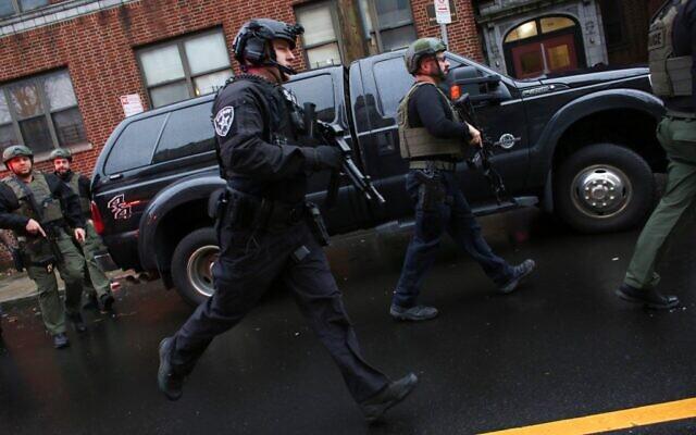 Des policiers arrivent sur les lieux d'une fusillade à Jersey City, New Jersey, le 10 décembre 2019. (Crédit : Kena Betancur/AFP)