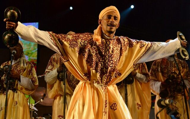 (FILES) Sur cette photo prise le 14 juin 2014, un membre du groupe Gnaoua (Gnawa) Maalem Mohamed Kouyou se produit à Essaouira au Festival Mondial de Musique de Gnaoua. - La culture gnaoua, une pratique marocaine séculaire ancrée dans la musique, les rituels africains et les traditions soufies, a été ajoutée le 12 décembre 2019 à la liste du patrimoine culturel immatériel de l'UNESCO. (Crédit : Fadel SENNA / AFP)