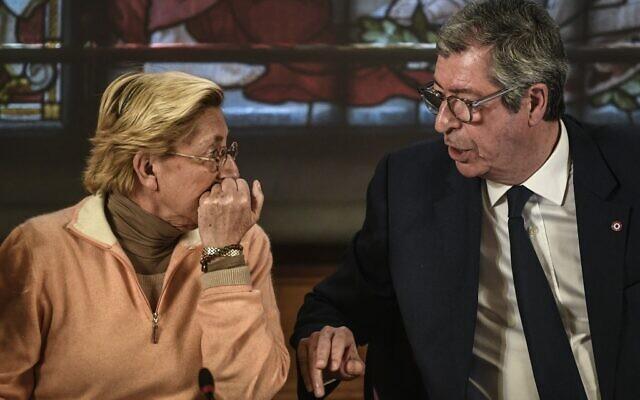 Le maire de Levallois-Perret Patrick Balkany (à droite) s'entretient avec son épouse Isabelle Balkany, première adjointe au maire, lors d'un conseil municipal à Levallois-Perret, le 15 avril 2019. (Crédit :  STEPHANE DE SAKUTIN / AFP)