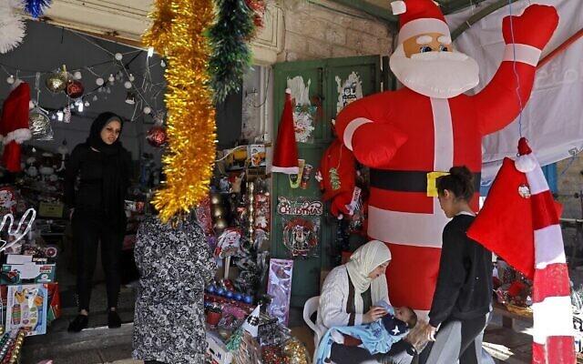 Préparatifs de Noël dans la ville israélo-arabe de Nazareth, au nord, le 20 décembre 2019. (Menahem Kahana / AFP)