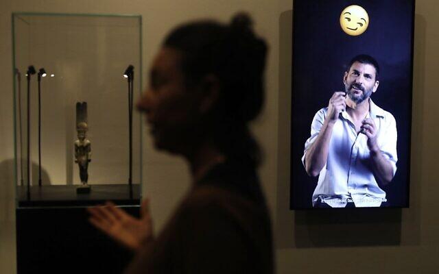 La commissaire Shirly Ben-Dor Evian présente l'exposition « Emoglyphs: Picture-Writing from Hieroglyphs to the Emoji » au Musée d'Israël à Jérusalem, le 19 décembre 2019. (Crédit : MENAHEM KAHANA / AFP)