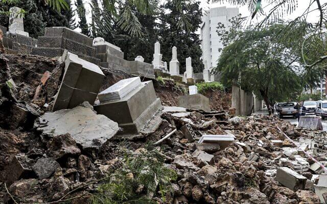 Des tombes endommagées par le mauvais temps lors d'une tempête hivernale au cimetière juif de la capitale libanaise, Beyrouth, le 26 décembre 2019. (Crédit : ANWAR AMRO / AFP)