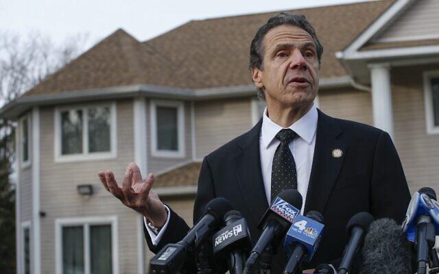 Le gouverneur de New York Andrew Cuomo s'adresse aux médias à l'extérieur de la maison du rabbin Chaim Rottenberg après une attaque à la machette qui a eu lieu à l'intérieur de la maison du rabbin pendant la fête juive de Hanoukka à Monsey, New York, le 29 décembre 2019. (Kena Betancur/AFP)