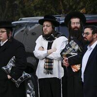 Des membres de la communauté juive se rassemblent devant la maison du rabbin Chaim Rottenberg à Monsey, à New York, le 29 décembre 2019, après une attaque à la machette qui a eu lieu la nuit précédente à l'intérieur de la maison du rabbin pendant la fête juive de Hanoukka. (Kena Betancur/AFP)