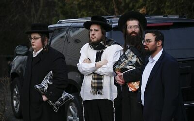 Des membres de la communauté juive se rassemblent devant la maison du rabbin Chaim Rottenberg à Monsey, à New York, le 29 décembre 2019, après une attaque à la machette qui a eu lieu la nuit précédente à l'intérieur de la maison du rabbin pendant Hanoukka. (Kena Betancur/AFP)