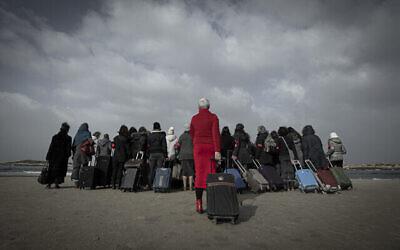 Des militants inquiets des menaces de pollution présentées par le champ gazier du Léviathan se réunissent sur la plage Dor dans le nord d'Israël le 13 décembre 2019. (Crédit : Shoham Efrati)