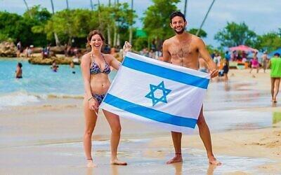 Un couple israélien à Second Beach à Morro de Sao Paulo, Brésil. (Renato Santana/ CORREIO/ via JTA)