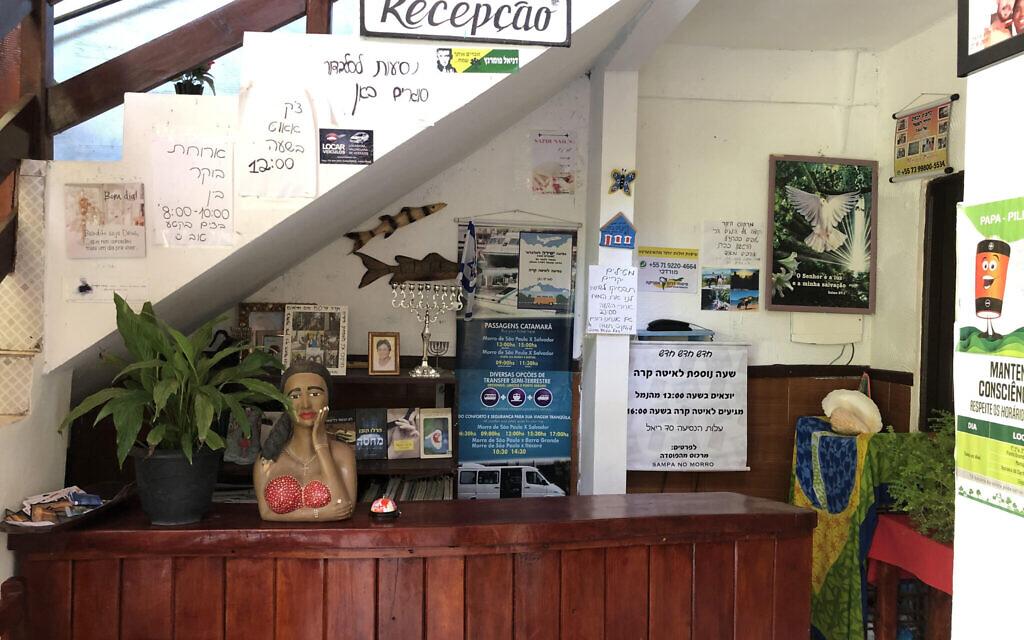Les panneaux à la réception de l'hôtel Sampa no Morro sont en hébreu. (Marcus Gilban/JTA)