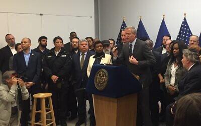 Le maire de la ville de New York, Bill de Blasio, s'exprime lors d'une conférence de presse sur l'antisémitisme dans une succursale de la Bibliothèque publique de Brooklyn, le 29 décembre 2019. (Crédit : Adi Eshman/JTA)