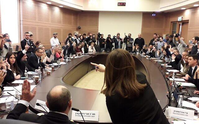 Les membres de la Knesset votent en faveur d'un projet de loi visant à accélérer la tenue d'élections pour le 2 mars 2020, lors de la Commission d'organisation de la Knesset, le 11 décembre 2019. (Knesset)