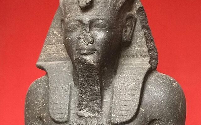 Grande statue assise de Ramsès II, exhumée par la mission Pierre Montet en 1933. (Crédit : Louanne20/CC BY-SA 4.0)