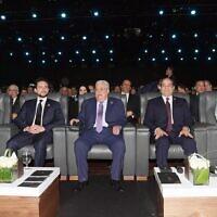 Le président de l'Autorité palestinienne Mahmoud Abbas et le président égyptien Abdel Fattah el-Sissi lors de la conférence du Forum mondial de la jeunesse à Sharm el-Sheikh, le 14 décembre 2019. (Crédit : Wafa)