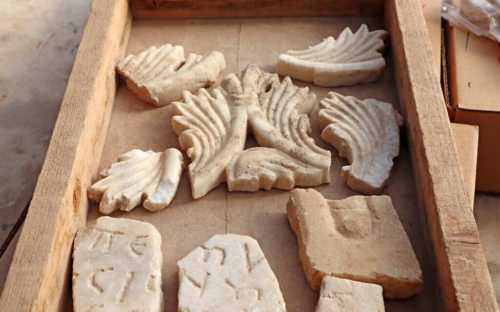 Des fragments de marbre issus de la décoration d'une église byzantine près d'Ashkelon (Crédit : Anat Rasiuk, Israel Antiquities Authority)
