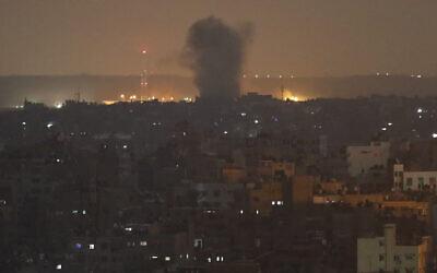 Photo d'illustration : Une explosion suite à des frappes israéliennes à Gaza City, le 14 novembre 2019 (Crédit : Adel Hana/AP)