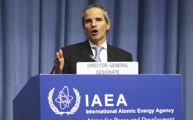 Le directeur-général de l'AIEA, l'Argentin Rafael Mariano Grossi donne une conférence au siège de l'organisation à Vienne, le 2 décembre 2019. (Crédit : AP Photo/Ronald Zak)