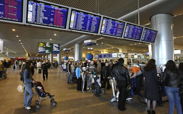 FILE --- Photo d'illustration : Des passagers à l'aéroport de Domodedovo, aux abords de Moscou, en Russie (Crédit :AP Photo/Misha Japaridze)