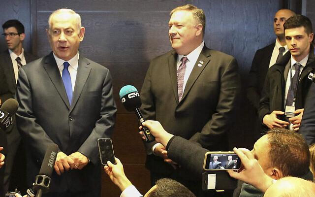 Le Premier ministre Benjamin Netanyahu, (à gauche), et le secrétaire d'État américain Mike Pompeo, (au centre), s'adressent aux journalistes en marge d'une conférence internationale sur le Moyen Orient à Varsovie, en Pologne, le 14 février 2019. (AP/Czarek Sokolowski)