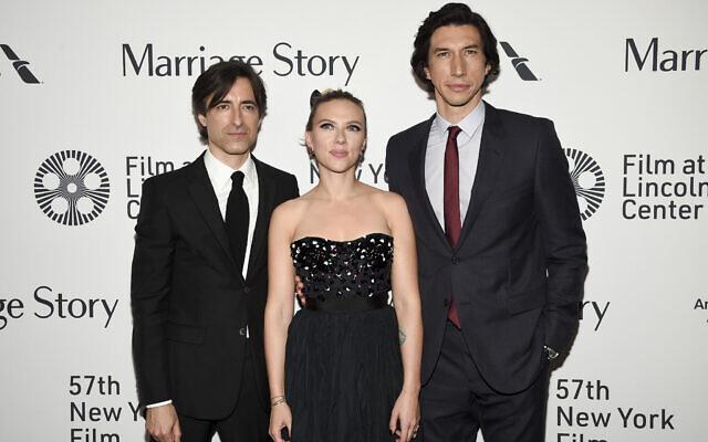 """Le réalisateur, scénariste et producteur Noah Baumbach, à gauche, pose avec  Scarlett Johansson et Adam Driver lors de la première de """"Marriage Story"""" au cours du 57è Festival du film de New York à l'Alice Tully Hall, le 4 octobre 2019 (Crédit : Evan Agostini/Invision/AP)"""