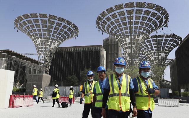 Sur cette photo du 8 octobre 2019, des techniciens marchent dans les trois quartiers thématiques du chantier en construction de l'Expo 2020 à Dubaï, aux Emirats Arabes Unis. (Crédit : AP Photo/Kamran Jebreili)