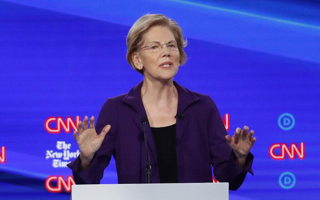 """La candidate démocrate à la présidence, la sénatrice Elizabeth Warren, s'exprime lors d'un débat sur les primaires présidentielles démocrates organisé par CNN et le """"New York Times"""" à l'université Otterbein, le 15 octobre 2019, à Westerville (Ohio). (John Minchillo/AP)"""