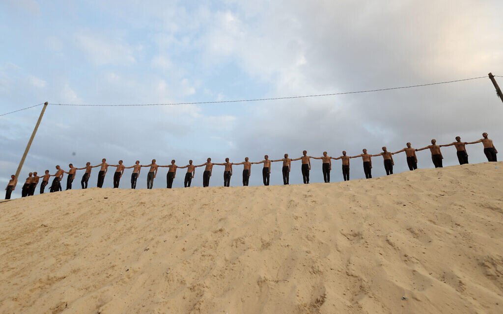 Des étudiants palestiniens montrent leurs compétences militaires à la faculté de droit et de police de Khan Younès, dans la bande de Gaza, le 24 octobre 2019 (Crédit :  AP/Adel Hana)