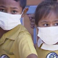 Des enfants masqués attendent d'être vaccinés dans une clinique de santé d'Apia, aux îles Samoa, au mois de novembre 2019 (Capture d'écran : TVNZ via AP)