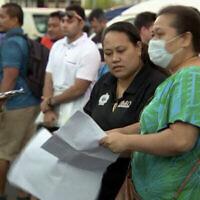 Des gens se rassemblent aux abords d'un centre d'opération sanitaire d'urgence, le 5 décembre 2019 à Apia, aux îles Samoa (Capture d'écran : TVNZ via AP)