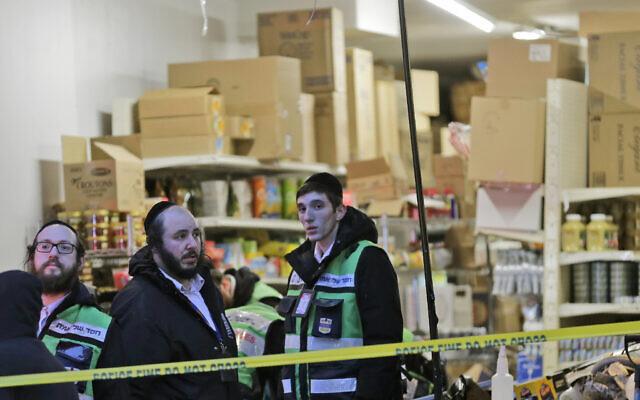 Des secouristes sont à l'œuvre dans un supermarché casher, lieu d'une fusillade à Jersey City, N.J., le mercredi 11 décembre 2019. Le maire de Jersey City, Steven Fulop, a déclaré que des tireurs ont ciblé le magasin lors d'une fusillade qui a tué plusieurs personnes mardi. (AP Photo/Seth Wenig)