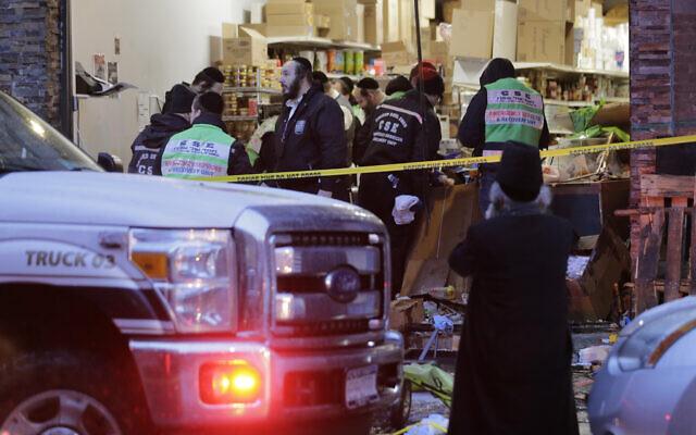 Des urgentistes travaillent dans un supermarché casher, lieu d'une fusillade à Jersey City, N.J., le mercredi 11 décembre 2019. (AP/Seth Wenig)