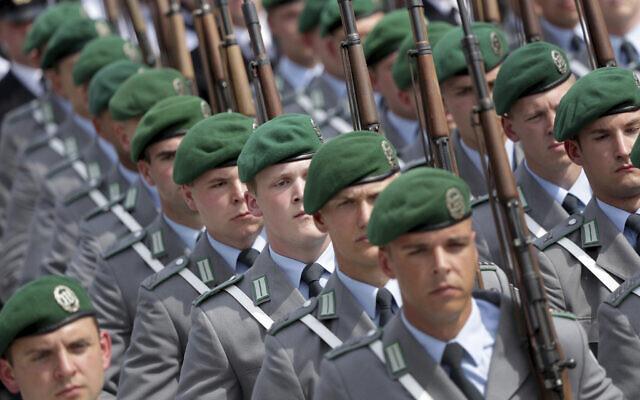Des soldats assistent à une cérémonie de prestation de serment de l'armée allemande au ministère de la Défense à Berlin, en Allemagne, le 20 juillet 2019. (Crédit : AP / Michael Sohn)