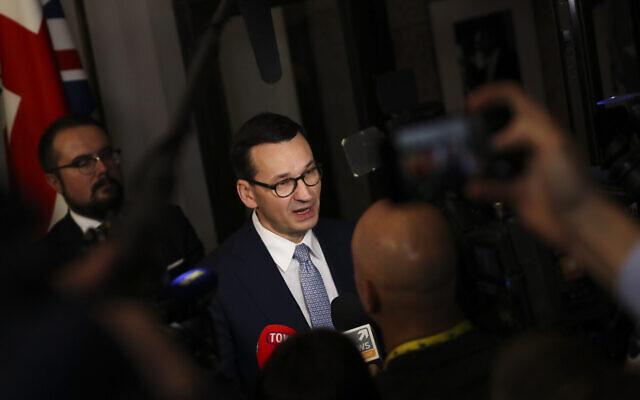 Le Premier ministre polonais Mateusz Morawiecki s'entretient avec les médias à l'issue d'un sommet de l'UE à Bruxelles, le 13 décembre 2019. (AP Photo/Francisco Seco)