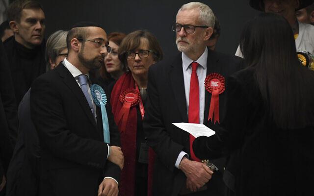 Le chef du Parti travailliste de l'opposition britannique Jeremy Corbyn, à droite, attend la déclaration de son siège aux élections générales de 2019 à Islington, Londres, le 13 décembre 2019 (Crédit : AP Photo/Alberto Pezzali).
