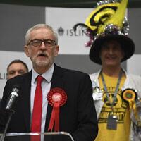 Jeremy Corbyn, chef du Parti travailliste de l'opposition britannique, prend la parole lors de la déclaration de son siège aux élections générales de 2019 à Islington, Londres, le vendredi 13 décembre 2019. (Crédit : AP/Alberto Pezzali)