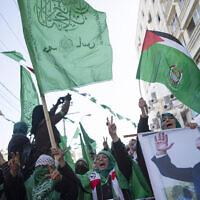Des Palestiniennes, l'une d'entre elle brandissant une photo du chef du mouvement, Ismail Haniyeh, lors d'un rassemblement de masse marquant le 32è anniversaire de la fondation du Hamas à Gaza city, le 14 décembre 2019 (Crédit : AP/Khalil Hamra)