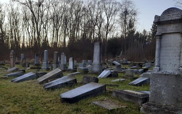 Sur cette photo datant du 16 décembre 2019, des dizaines de pierres tombales endommagées gisent au cimetière juif de Namestovo, en Slovaquie. (Crédit : AP / Karol Kurtulik)