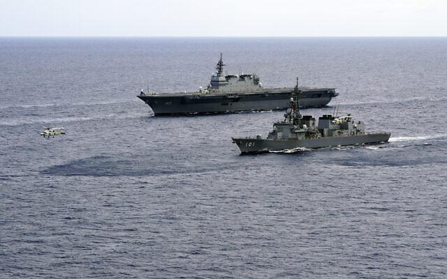 Photo d'archives datant du 28 juin 2019. Le porte-hélicoptère des forces d'autodéfense maritimes japonaises Izumo (DDH-183) et le destroyer JS Murasame (DD-101) participent à des exercices. (Crédit : AP / Emily Wang)