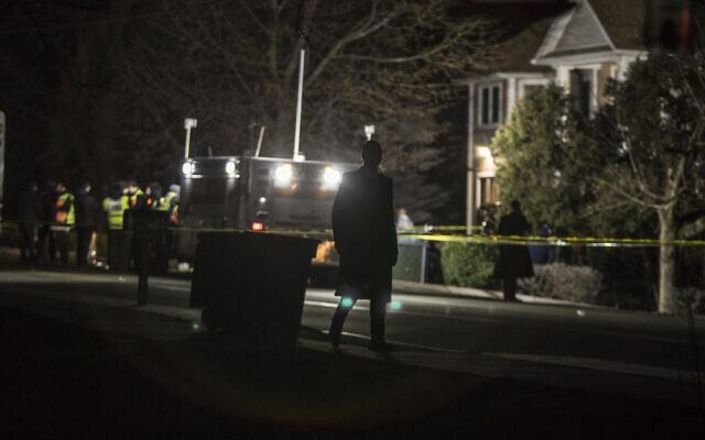 Les autorités et les premiers secours réunis devant une résidence de Monsey, à New York, après une attaque au couteau commise pendant une célébration de Hanoukka, le 29 décembre 2019 (Crédit : AP Photo/Allyse Pulliam)