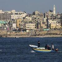 Des pêcheurs palestiniens sur un bateau au large des côtes de la bande de Gaza, le 9 février 2016. (AP Photo/Adel Hana/File)