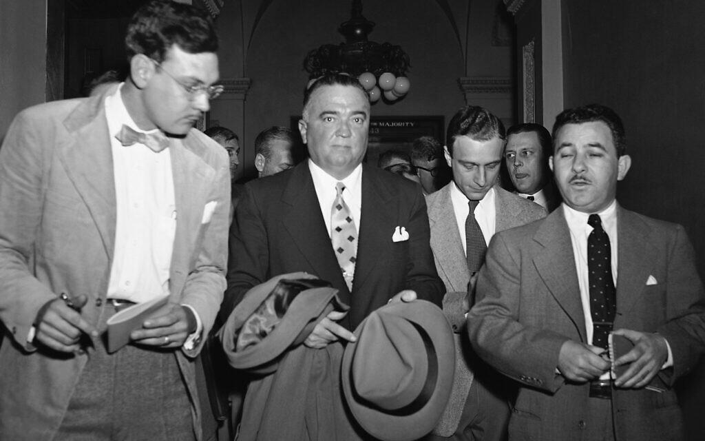 Le directeur du FBI, J. Edgar Hoover (au centre), suivi de journalistes, quitte le Capitole le 6 février 1950 à Washington avant la réunion de la Commission mixte sur l'énergie atomique concernant l'arrestation à Londres du savant Klaus Fuchs. (AP Photo/HKW)