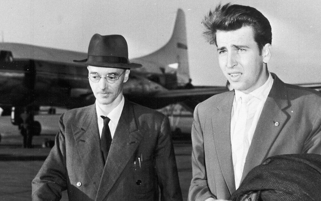 A titre d'illustration : L'ancien espion Klaus Fuchs, (à gauche), traverse le tarmac de l'aéroport de Schönefeld, à Berlin-Est, le 23 juin 1959, après son arrivée dans un avion de ligne polonais, accompagné de son neveu, Klaus Kittowski. Fuchs a été libéré de la prison de Wakefield après avoir purgé neuf ans et demi d'une peine de 14 ans pour avoir transmis des secrets britanniques et américains à l'Union soviétique. (AP Photo)